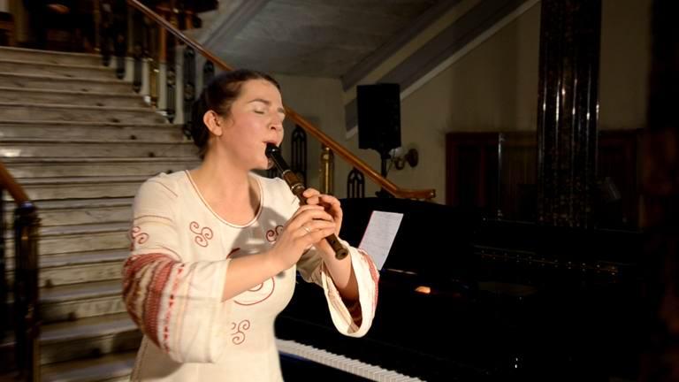 Олеся Сінчук грає на сопілці
