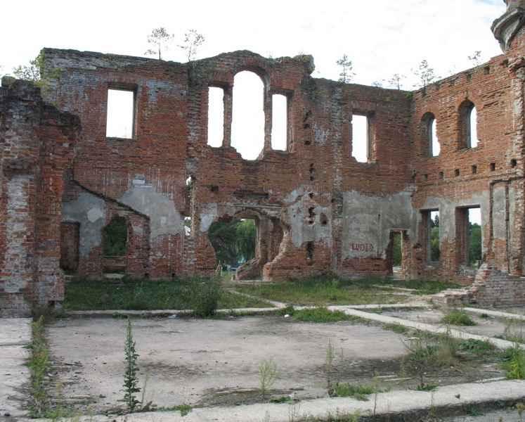 Вигляд приміщення зсередини. Залишився міцний фундамент. Колись в цих просторих залах та кімнатах вирувало життя, відбувалися ділові прийоми та гучні банкети.