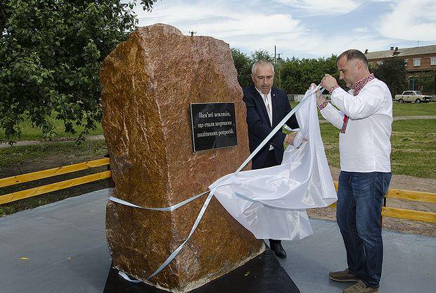Народний депутат України Арешонков Володимир Юрійович урочисто відкривае меморіальний комплекс