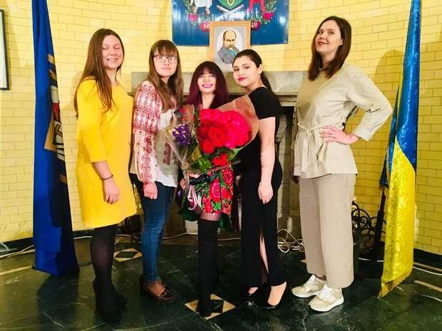 Каріна Карасьова з вихованцями студії естрадного вокалу