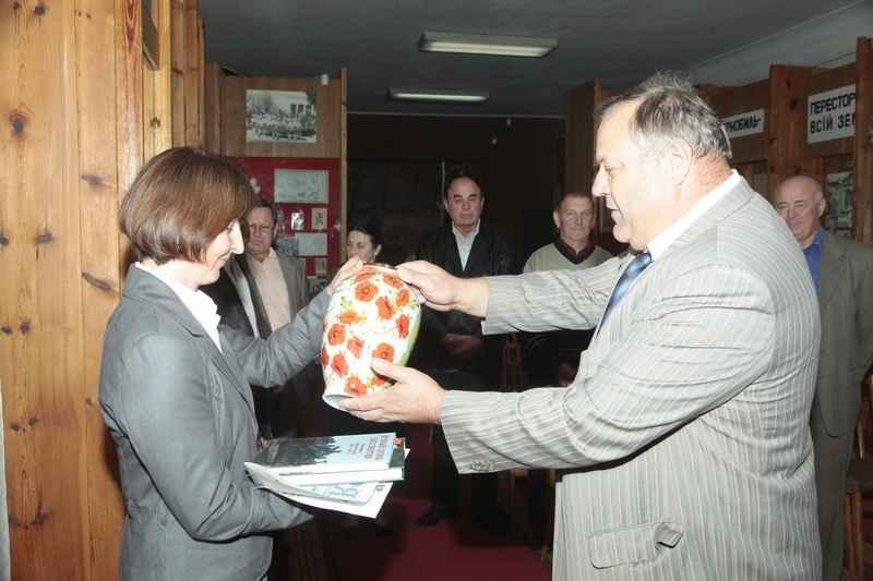 Керівник делегації В.В.Косинський вручає Музею пам'ятну вазу-сувенір від МГО «Земляцтво житомирян»