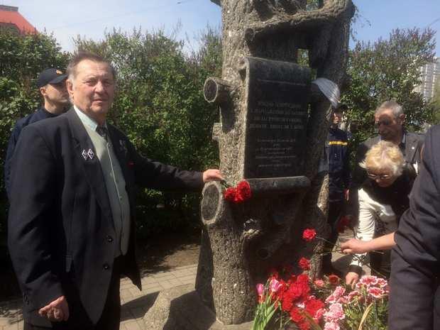 Юрій Іванович Шеметов біля пам'ятного знаку жертвам Чорнобильської катастрофи