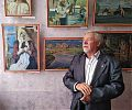 Віктор Борисович Дем'янчук біля своїх робіт
