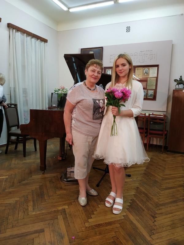 Вчителька Алла Михайлівна і Зореслава Чавалюк