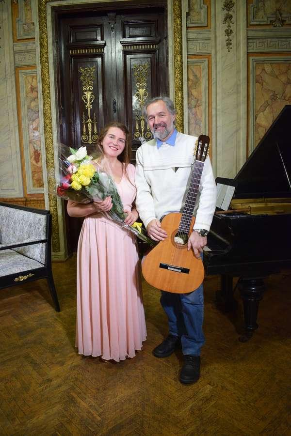 Олеся Сінчук та гітарист Олександр Тарасов