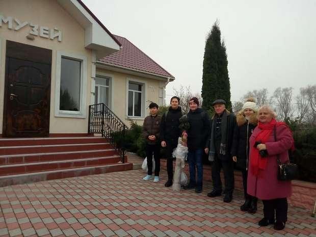 Біля музею ім. Івана Огієнка