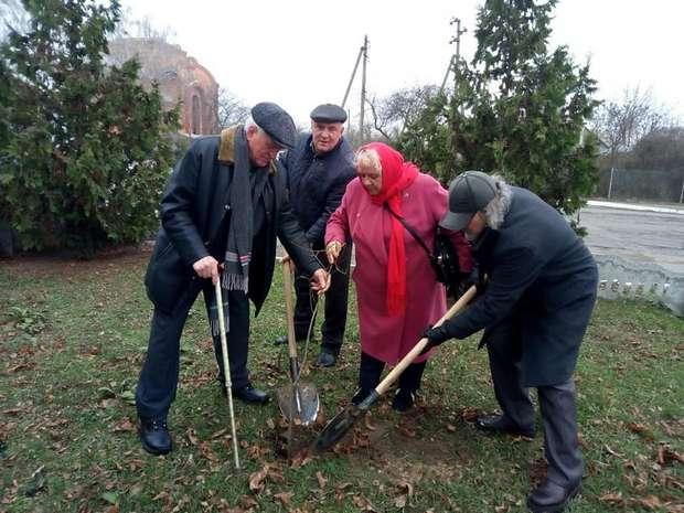 Борис Войцехівський, Володимир Габенець та учасники акції висаджують дерева