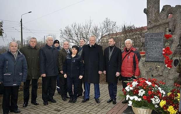 Земляки та гості біля пам'ятного знаку Героям Чорнобиля