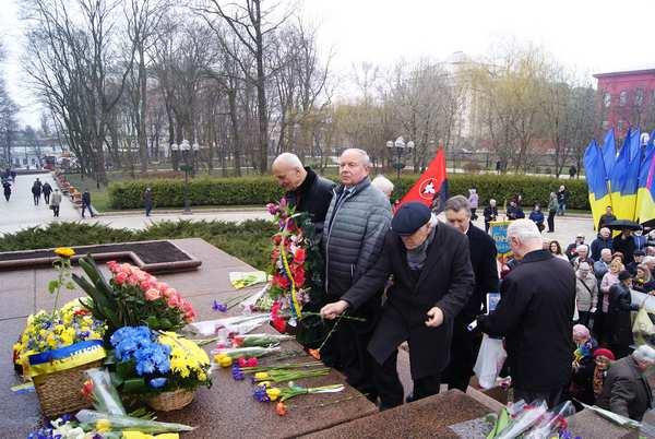Покладання квітів до пам'ятника Т. Шевченку