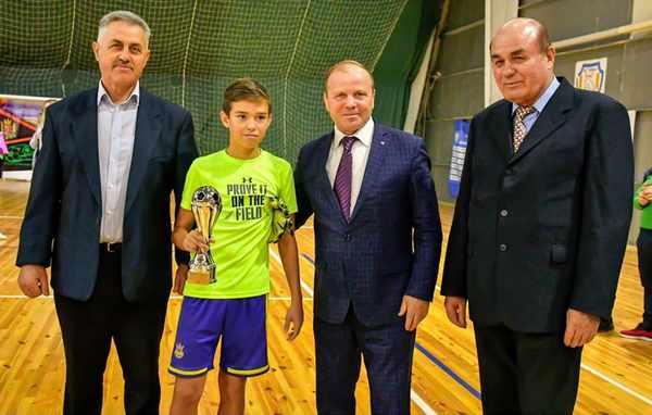 Нагородження переможця футбольного турніру.