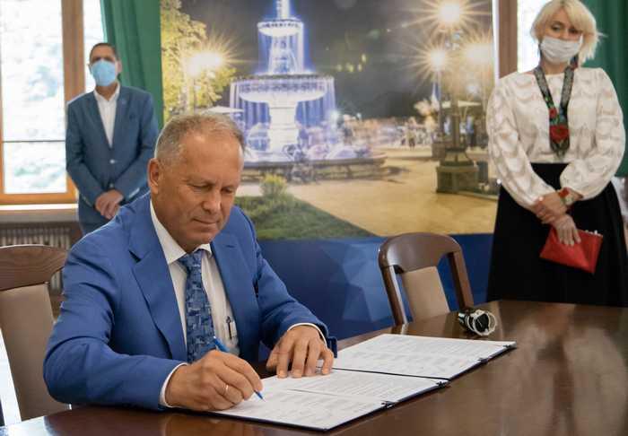 Президент МГО «Земляцтво житомирян» Сергій Володимирович Войтенко підписує Меморандум про співпрацю.
