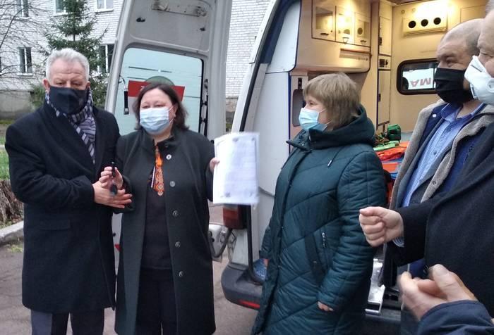 В'ячеслав Іванович Стацюк передає ключі від реанімобіля директорці Народицької лікарні