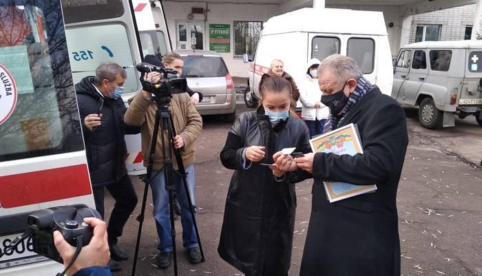 В'ячеслав Іванович Стацюк передає ключі від реанімобіля директорці Малинської міської лікарні Анні Копиловій