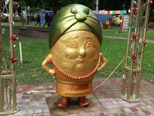 Паркова скульптура «Поліська пані Картопелька»