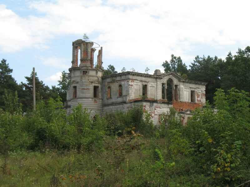 Старовинний маєток серед лісу над річкою Тетеревом