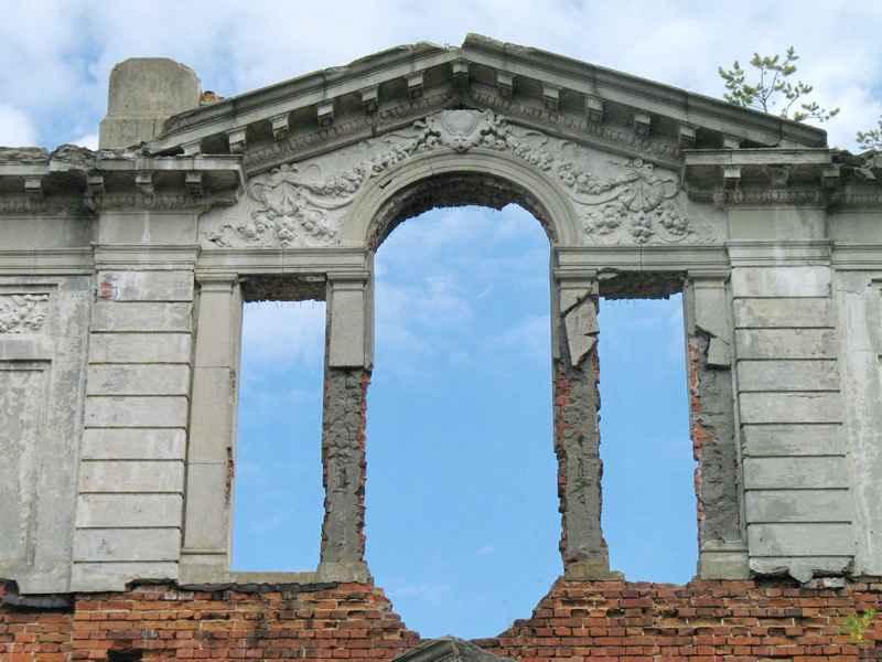 Великі вікна з прикрасами