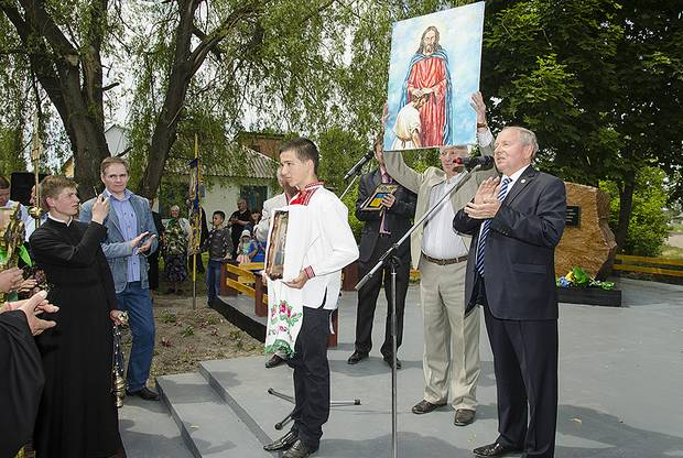 Шановні гості вітають громаду села із святом