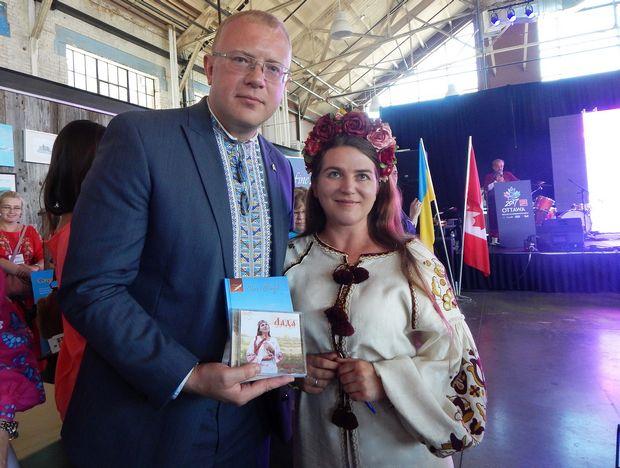 Олеся Сінчук з послом України в Канаді Андрієм Шевченком