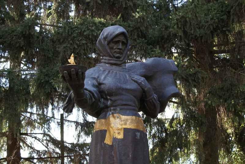 Памятник партизанській матері
