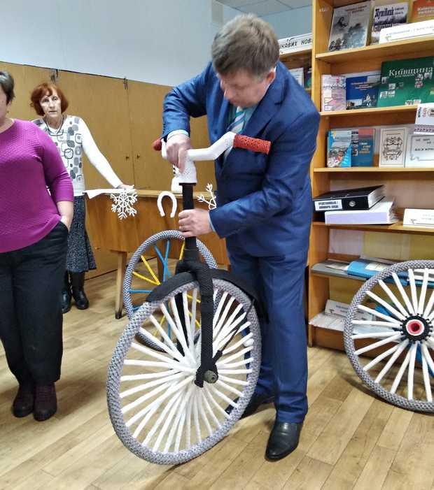Станіслав Рудич збирає сплетений велосипед розміром у натуральну величину