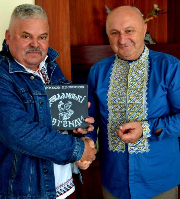 Микола Костюшко дарує меру Володимиру Москаленку свою нову книгу Древлянські легенди
